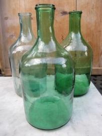 Oude brocante fles groen met smalle hals.