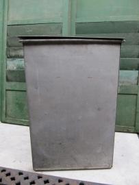 Oude metalen zinkkleurige hoge kist