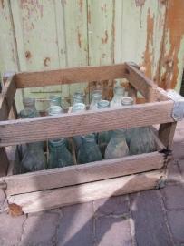 Oude houten krat met 20 flesjes