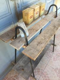 Oud rek van metaal en hout