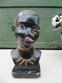 Oud buste beeldje van donkere vrouw