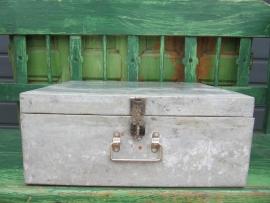 Brocante stalen kist met deksel