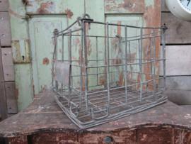 Oud metalen opvouwbaar kratje