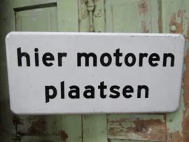 """Metalen bord """"Hier motoren plaatsen"""""""