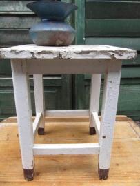 Oud brocante houten krukje in wit