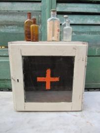 Leuk oud wit houten medicijnkastje