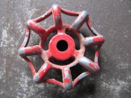Oude metalen kraangreep rood