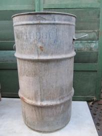 Oude metalen verzinkte hoge ton met twee handvaten