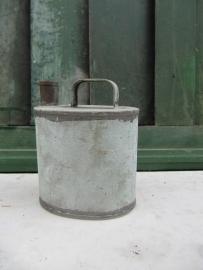 Brocante zinken ovaal vormig kannetje