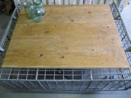 Leuke tafel van een verzinkte kooi