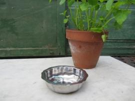 Brocante leuk metalen rond geschulpt schaaltje