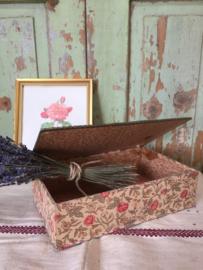 Antieke doos met bloemmotief
