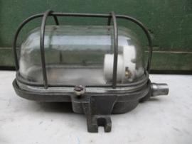 Oude metalen industrie kooilamp.