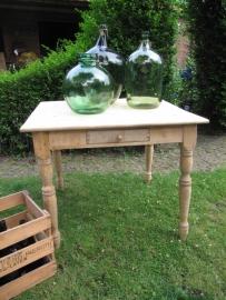 Oude houten tafel uit meubelmakers showroom