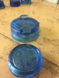 Oude blauwe glazen onderzetters