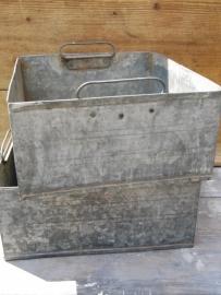 Oude rechthoekige verzinkte bak met 2 handvaten aan de binnenkant