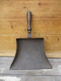 Groot stevig metalen blik met super mooi houten handvat.