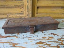 Oud metalen kistje Elord