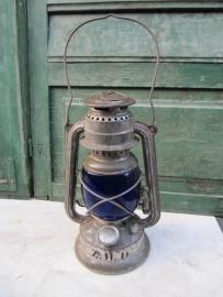 Brocante gave olielamp met blauw glas.