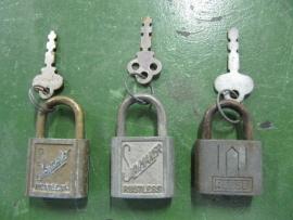 Oude metalen hangsloten made in The USA
