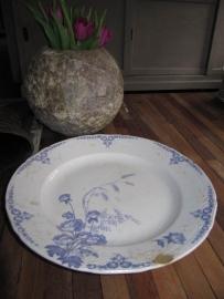 Grote platte ronde serveerschaal Maestrichts aardewerk serie Nemone