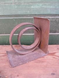 Oude metalen boekensteun/console