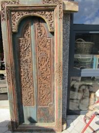 Oude houten dubbele deur met kozijn