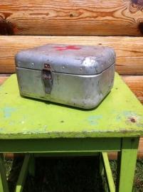 Oude metalen EHBO kist voor militairen