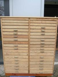 Oude houten ladenkast