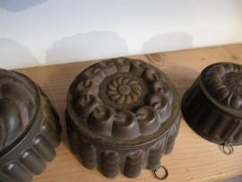 Antieke Franse bakvorm met bloemmotief en ophangoogje