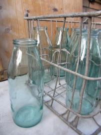 Krat met 12 oude flessen met brede hals