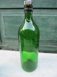 Oude groene beugelfles van 1 liter met porseleinen dop
