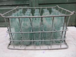 Oude brocante krat met 20 melkflessen van 1/2 liter