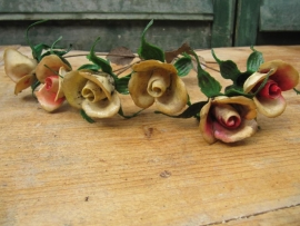 Oude kunststofbloemen op metaal, zes