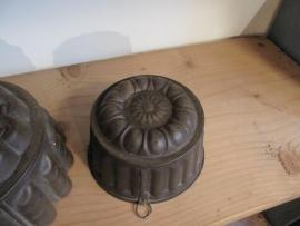 Antieke Franse bakvorm met ophangoogje.