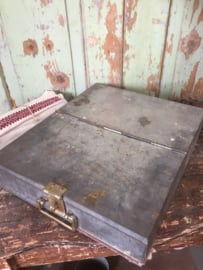 Oude metalen kist/geldlade