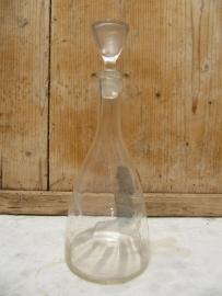 Brocante karaf met druifmotief en glazen stolp
