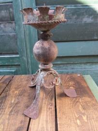 Oude metalen kandelaar met houten bol