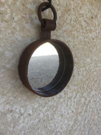 Oude spiegel in ijzeren frame