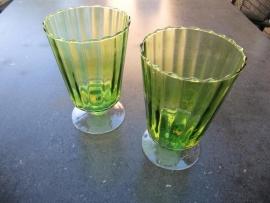 Groene glazen vaas op voet