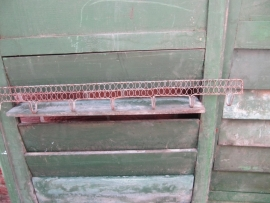 Heel oud verzinkt kapstokje van draadstaal.