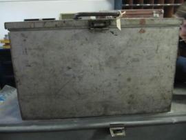 Oude degelijke zinkleurige metalen kist