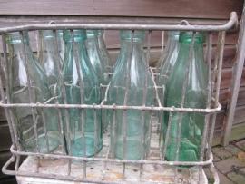 Brocante verzinkte krat met 12 melkflessen van 1 liter
