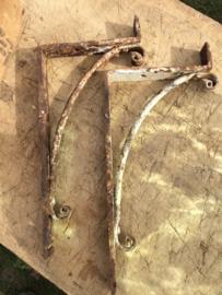 Antieke Engelse smeedijzeren plankendragers wit