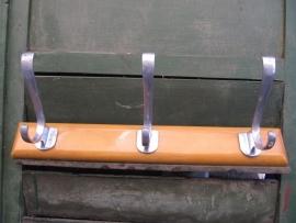 Oud houten retro kapstokje met 3 haken.