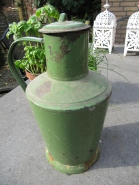 Oude Roemeense groene emaille kan met diepe (drink)dop