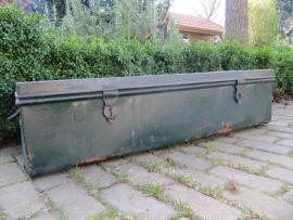 Oude lange metalen groene kist