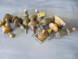 Antieke houten meubelornamenten of klosjes