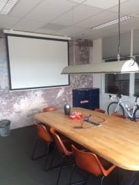 Kleine vergaderruimte voor circa 8 personen