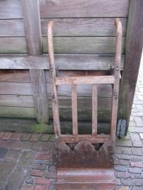Hele oude houten zakken- of steekwagen